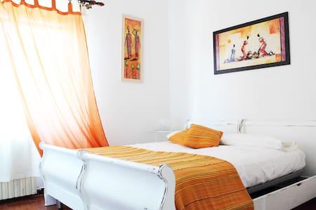 Bright orange room Pula centre - Pula