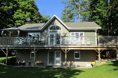 Beautiful Lake House in SE Ontario - Lyndhurst