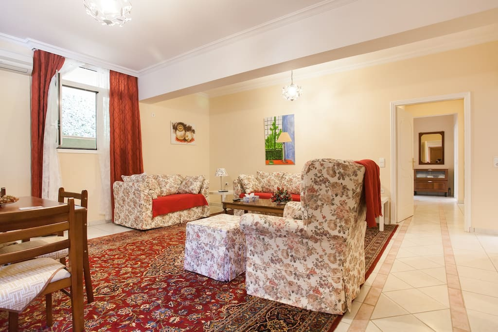 Spacious reception room with direct access to kitchen
