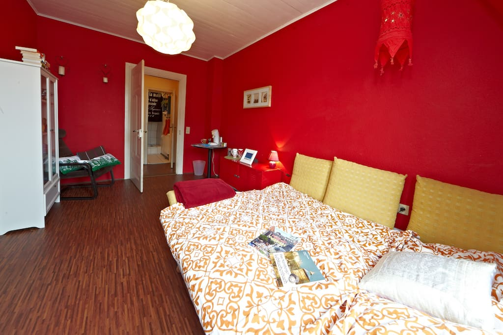 Das Gästezimmer - The guestroom with view to the bathroom
