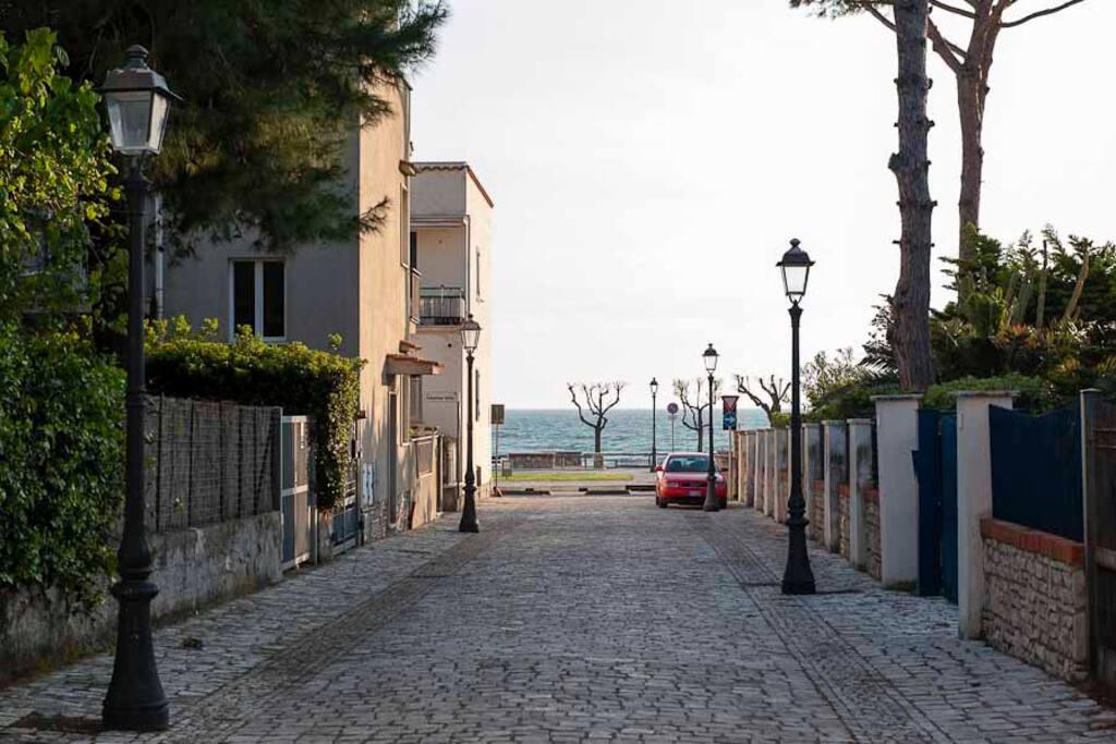 VIALE DI FRONTE CASA - Street
