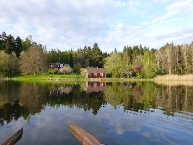 Red cottage in the forest by a lake - Tranås - Casa
