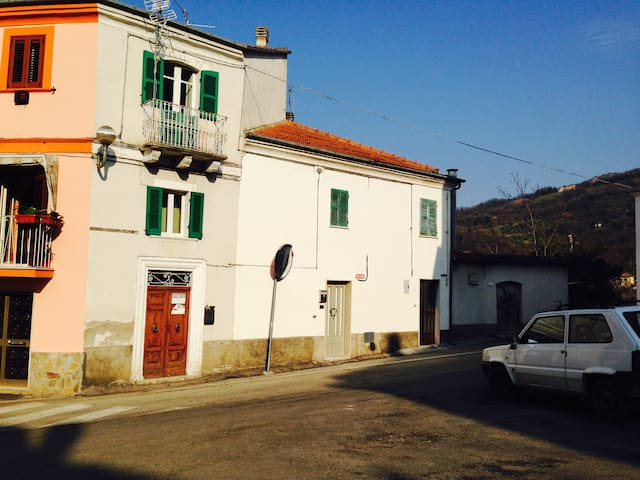 Traditional 4 storey village house - Serramonacesca - Huis