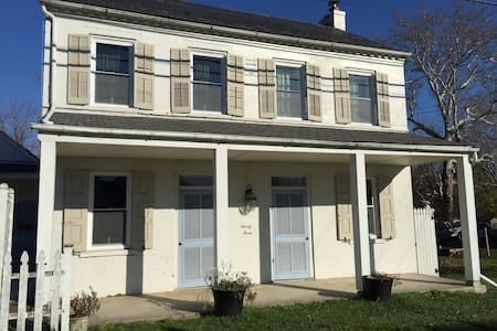 Dog Friendly 1860s Waterfall Retreat Outlets&Amish - Lancaster - Lakás