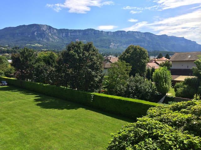 Terrasse plein sud avec vue parc et montagne