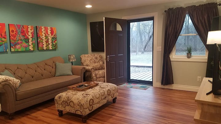 Bright & Light Suite, woodsy yard in neighborhood!