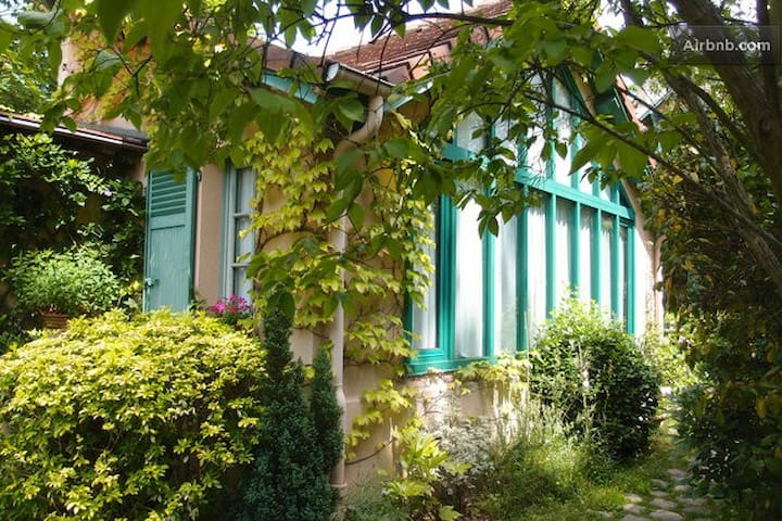 Charming ARTIST STUDIO IN A GARDEN - Le Vésinet - House