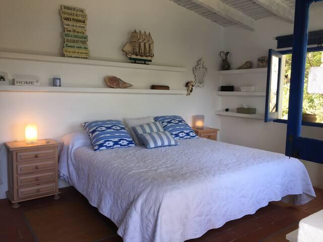 Habitación Casita al lado del mar. 2 personas.Vistas mar. Caja fuerte. W.C. completo. Desayuno incluido. 200€/noche.