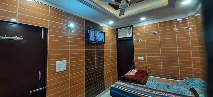 Couple friendly cozy rooms in posh lajpat nagar