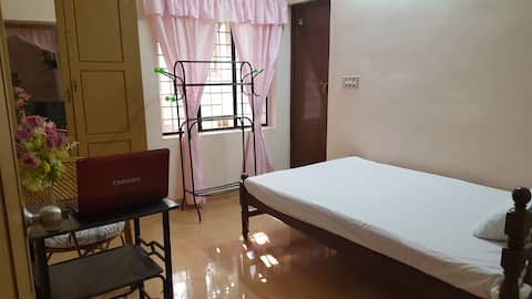 Valiyathayil Home Stay (Single Bed Room)