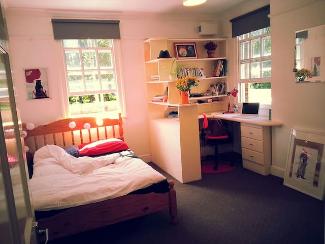 Large Room w. Desk, Bright Flat - Greater London - Apartment