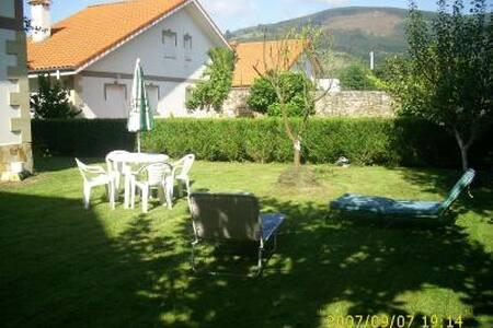 Estupendo chalet con jardin en Cantabria. - Ampuero - Chalé