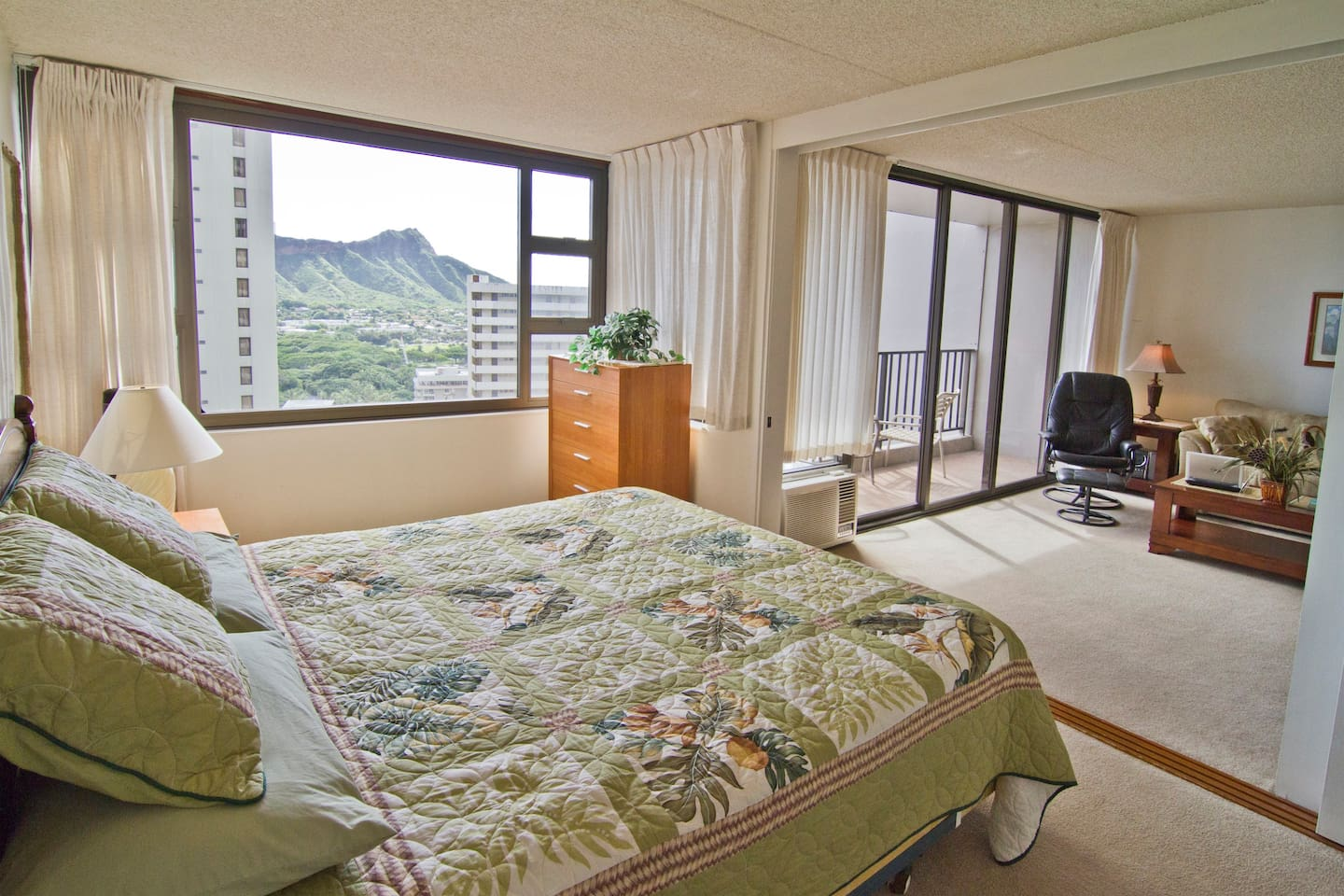 King size bed with Great ocean and Diamond head view