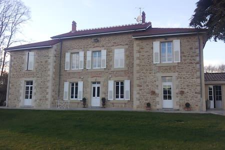 Chambre maison de charme en pierre  - Chantemerle-les-Blés