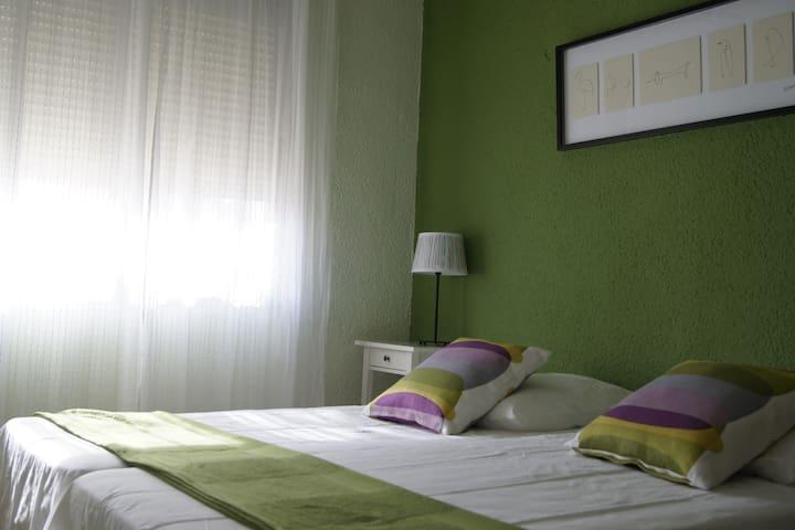 Una altra habitació doble acollidora, plena de llum natural / Another nice double room, full of natural light