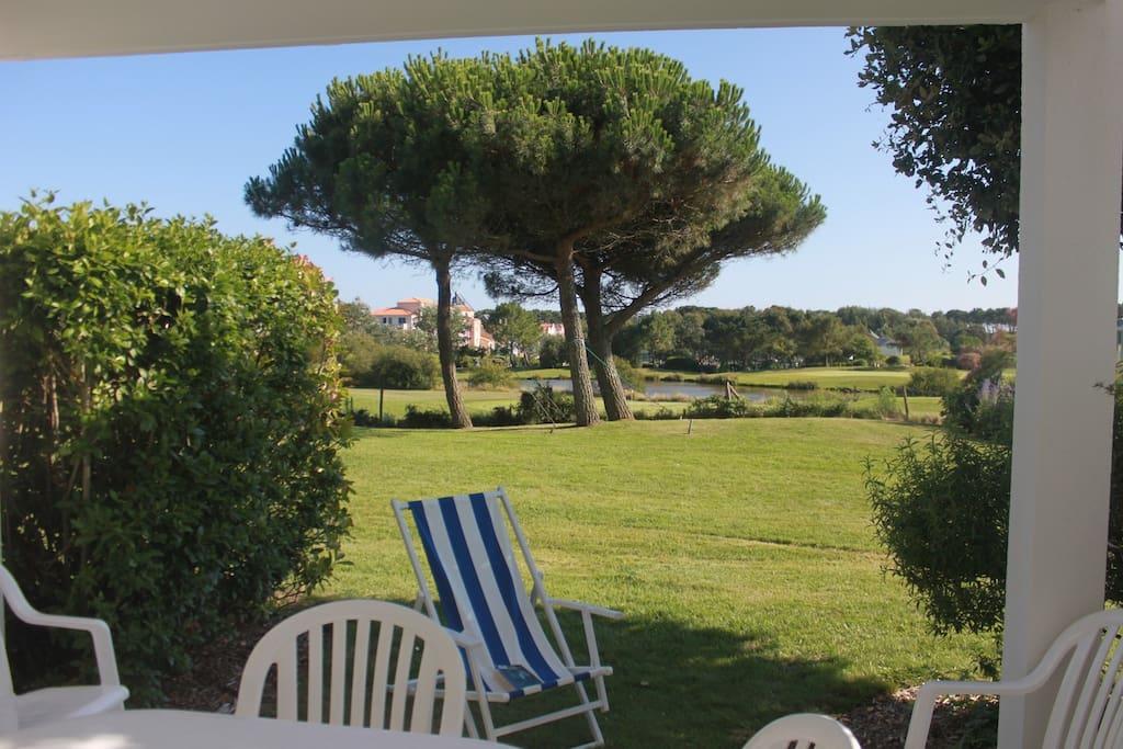Terrasse plein sud, vue et face au golf. Très calme.