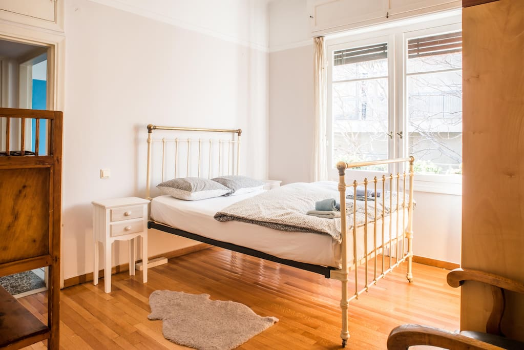 Antique metal bed frame Bedroom 02