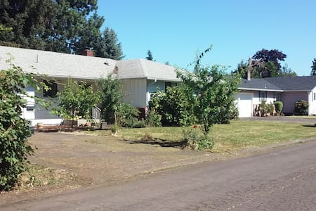 Clean, simple, very quiet house in Eugene.