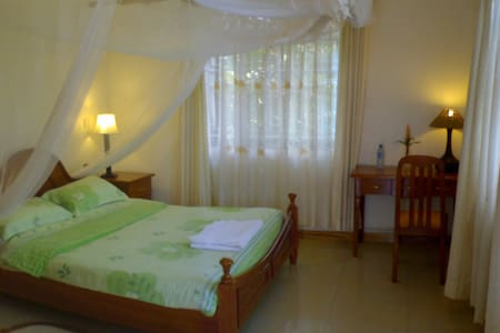 FREE Breakfast, WiFi & Laundry - STANDARD room - Kampala - Szoba reggelivel