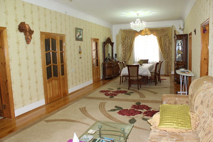 Very large common sitting room on the secon floor, Tv, free Wi-Fi.