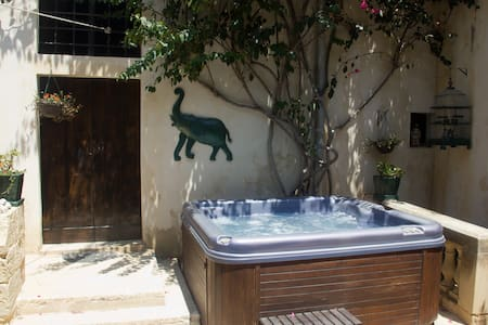Double-room in converted farmhouse - Żebbuġ - Bed & Breakfast