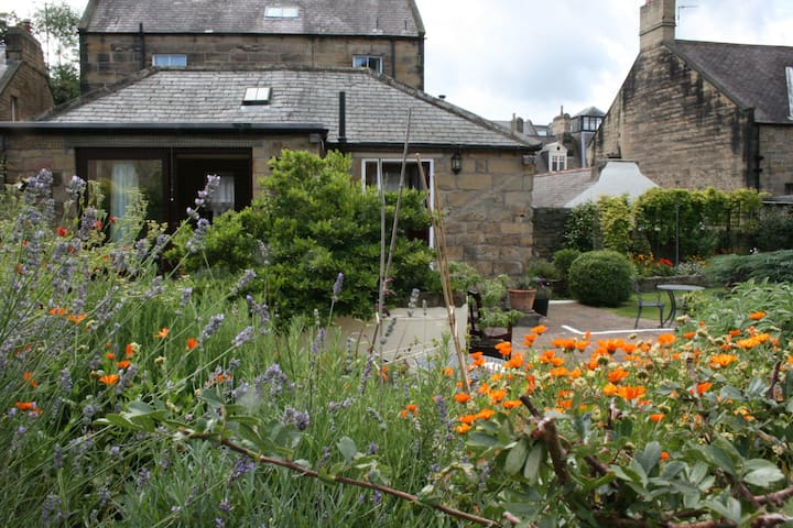 Lovely Cottage, with parking in Central Alnwick
