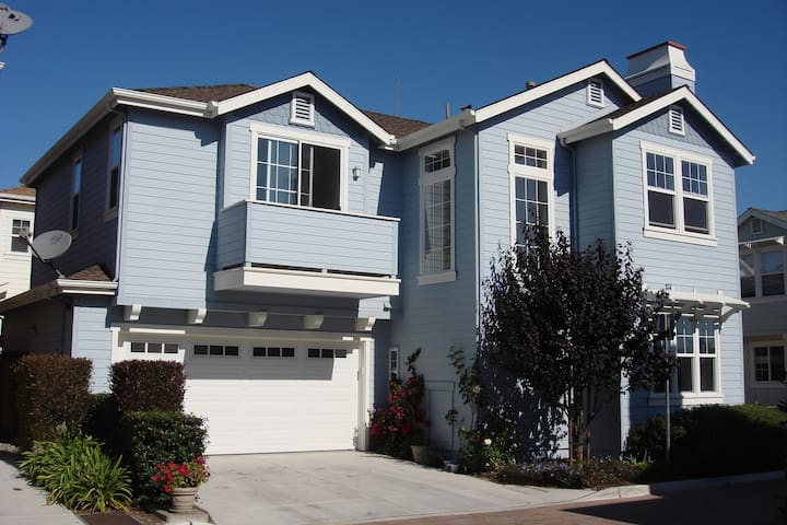 Large Master Room in quiet Marina by Monterey Bay!