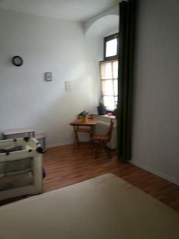 Mooie slaapkamer in oud huis. - Hoya - 家庭式旅館