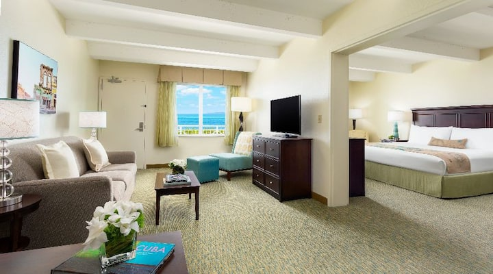 PREMIUM OCEAN VIEW KING SUITE HEARING ACCESSIBLE