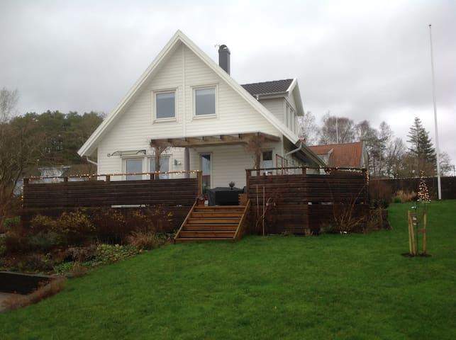 Rymlig villa med fin utsikt i Fjärås
