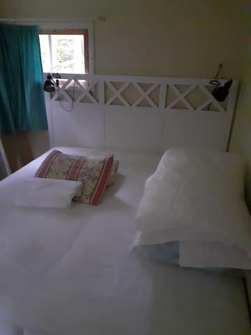 Dubbelsäng , 180 cm , i lillstugans sovrum