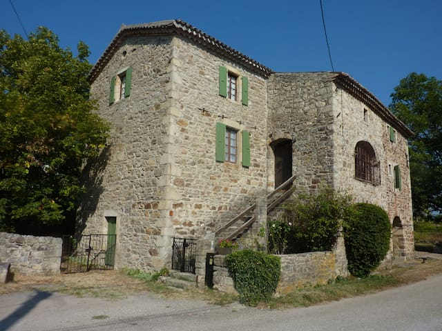 Grand appartement dans maison typique Sud Ardèche