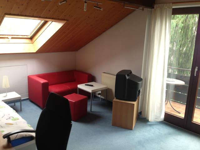 Zimmer in ruhiger und gemütlicher Doppelhaushälfte - Talheim - Hus