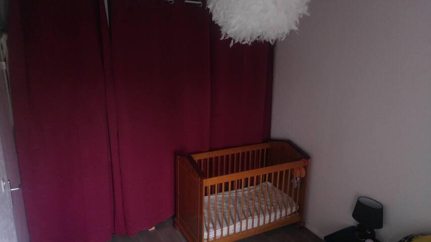 lit à barreau avec linge fourni