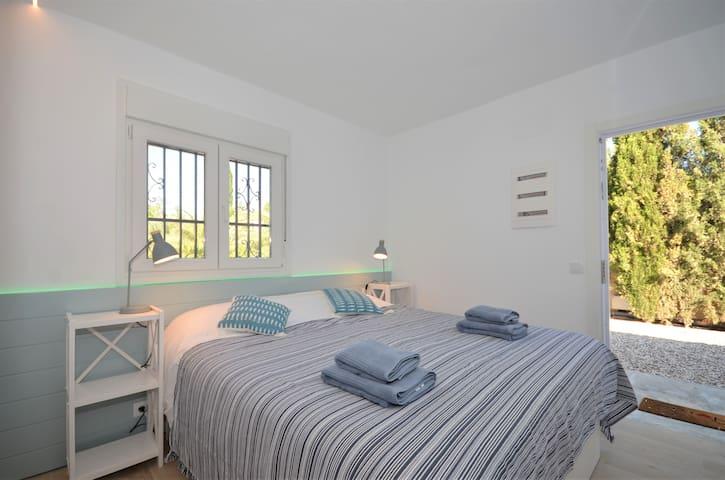 Dormitorio doble con ducha fuera