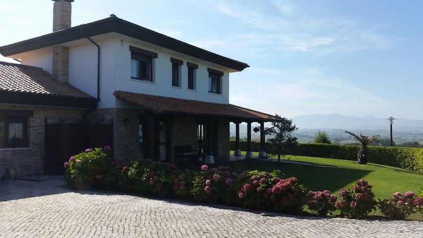 Casa familiar en el alto de langre chalets en alquiler for Alojamiento familiar cantabria
