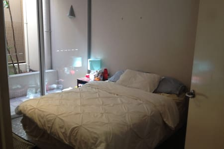 Private and Quiet Queen Bedroom in Downtown Bris! - Spring Hill - Huoneisto