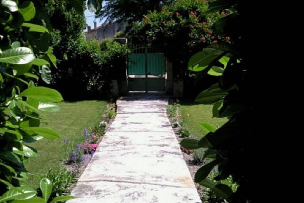 le studio dans le jardin flats for rent in le thor provence alpes c te d 39 azur france. Black Bedroom Furniture Sets. Home Design Ideas