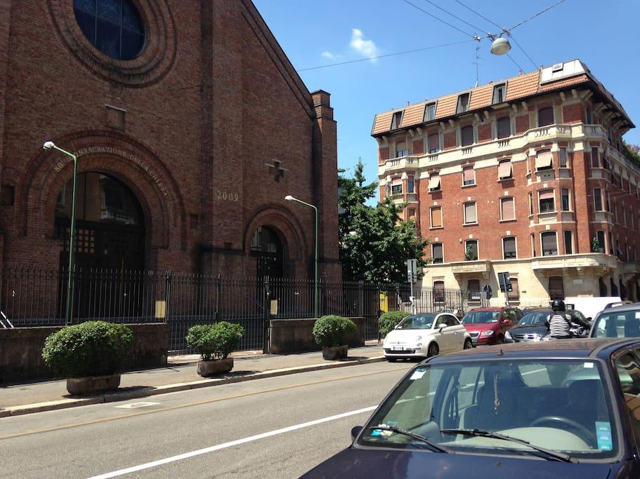 la chiesa di fronte al palazzo-church in front