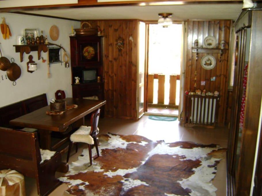 Piano terra con ampio salone e balcone. La cucina è accessoriata e comprensiva di tutti gli utensili.