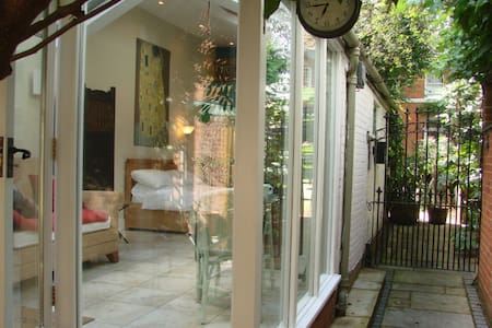 Private Self Contained Studio   - East Molesey - Bed & Breakfast