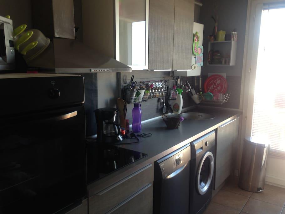 cuisine équipée.machine a laver, laves vaisselle, frigo et congelateur.