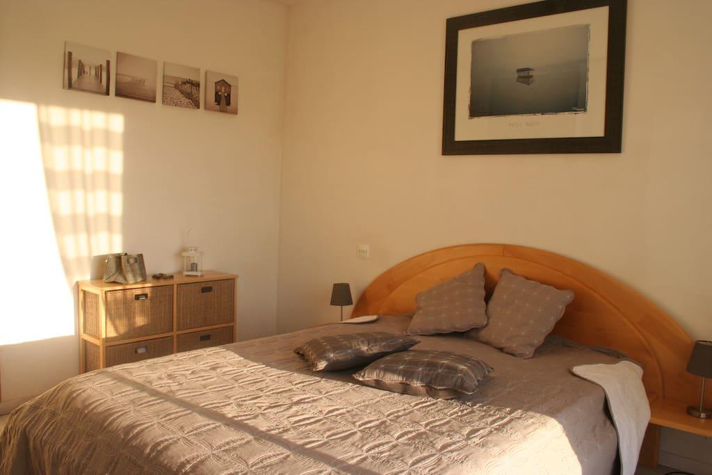 Chambre calme au vert avec piscine bed and breakfasts en for Chambre calme en anglais