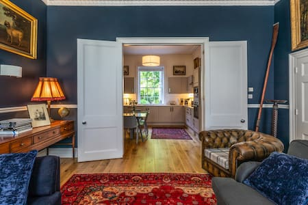 Huge bedroom, Ensuite Bathroom and Private Garden