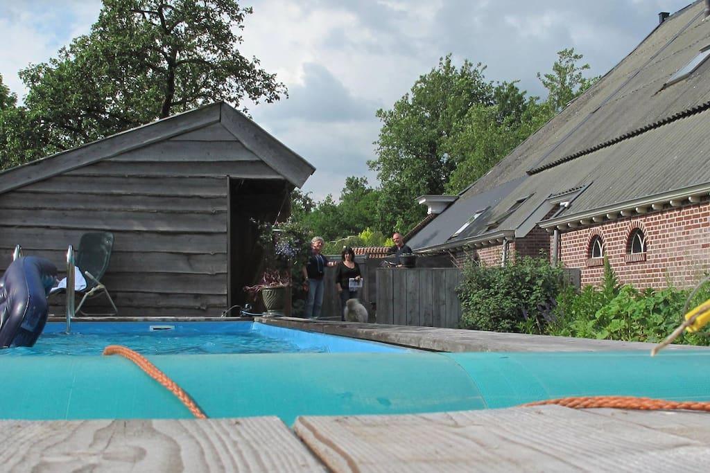 Na een saunagang is het heerlijk om af te koelen in het zwembad.