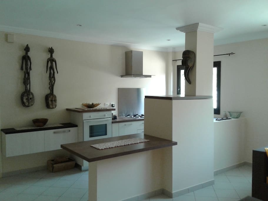 Cuisine incorporée avec équipements ( four, 4 feux gaz, frigo, nombreux rangement, machine à café, micro onde, vaisselle de qualité