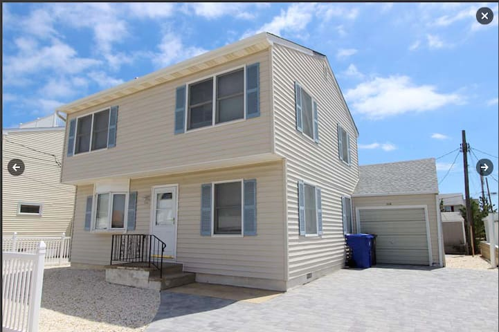 Awesome 5 bedroom home- 1 block from the beach