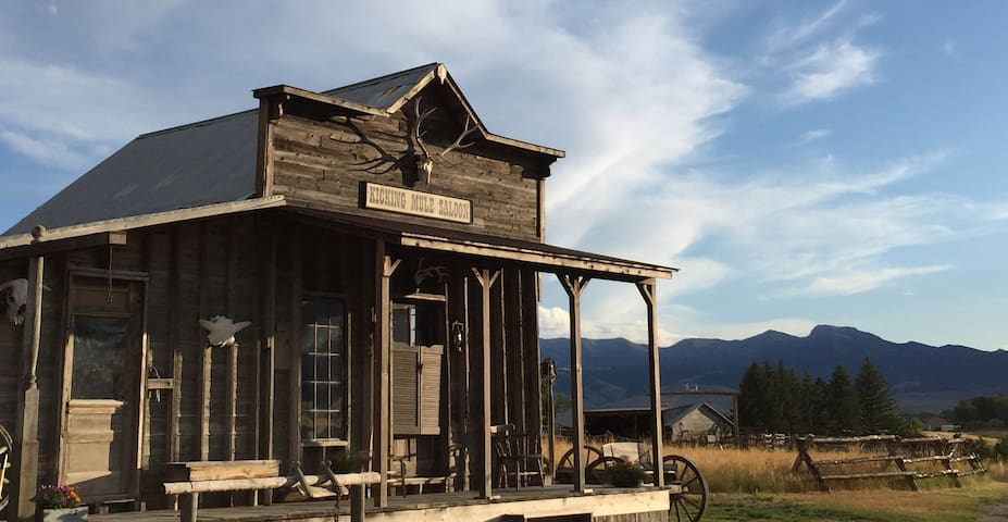 PRIVATE OLD WEST OUTPOST AND COZY RANCH HOUSE