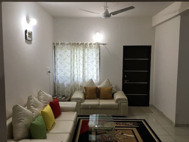 Satvam 2- Well Furnished 2BR Holiday Home-Vadodara - Vadodara - Apartament