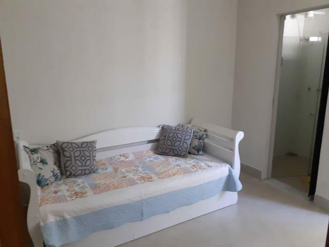 Suite III: 1 sofá-cama, ventilador chão e TV.
